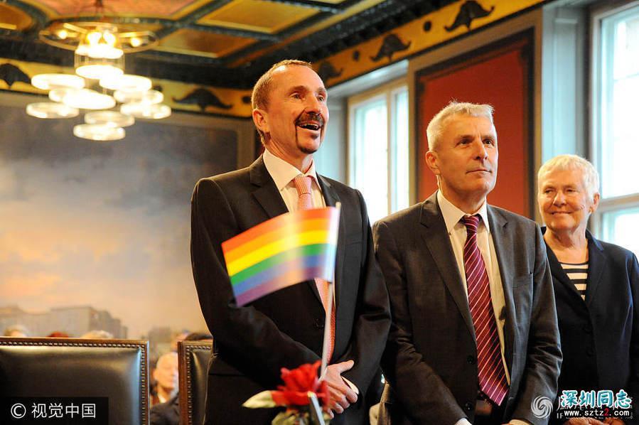 德国同性婚姻法生效 首对新人拥吻庆祝
