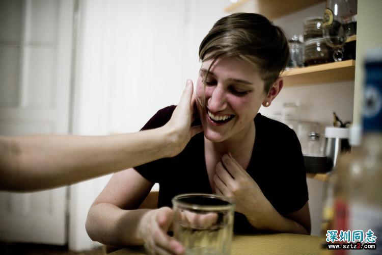 揭秘一对女同性情侣2年的日常幸福生活