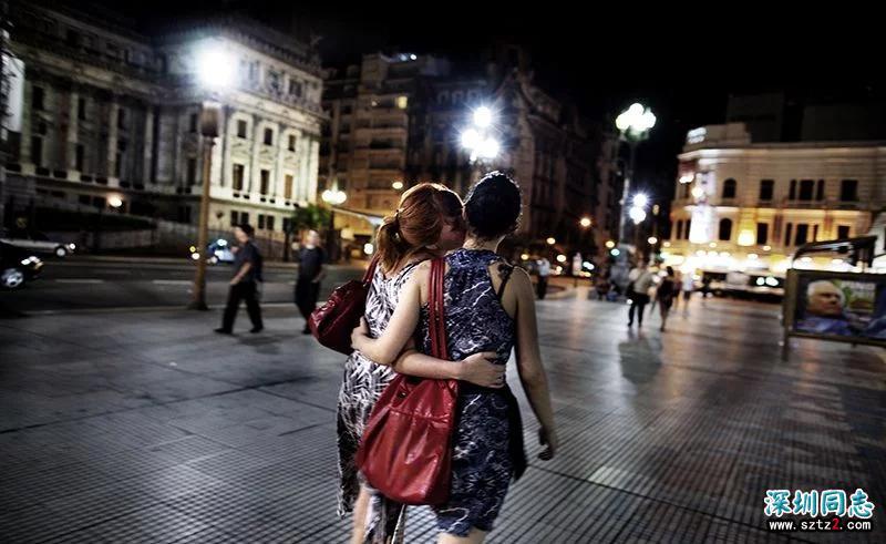 女同性恋的真实生活,大街上旁若无人热吻