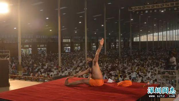 他是一位拥有年收入100亿公司的瑜伽大师,他说他的瑜伽可以治愈同性恋
