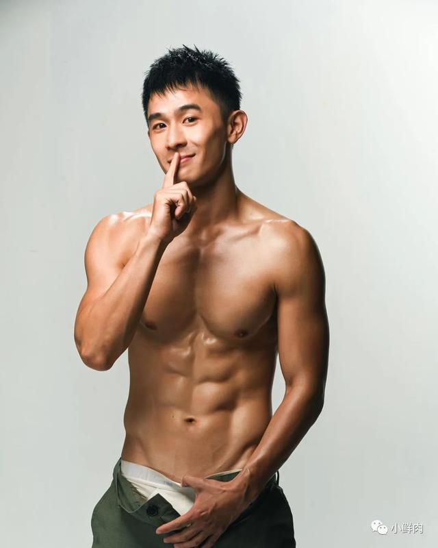 与吴青峰陈意涵合影的羽毛球小哥走红,网友:体会到萧亚轩的快乐